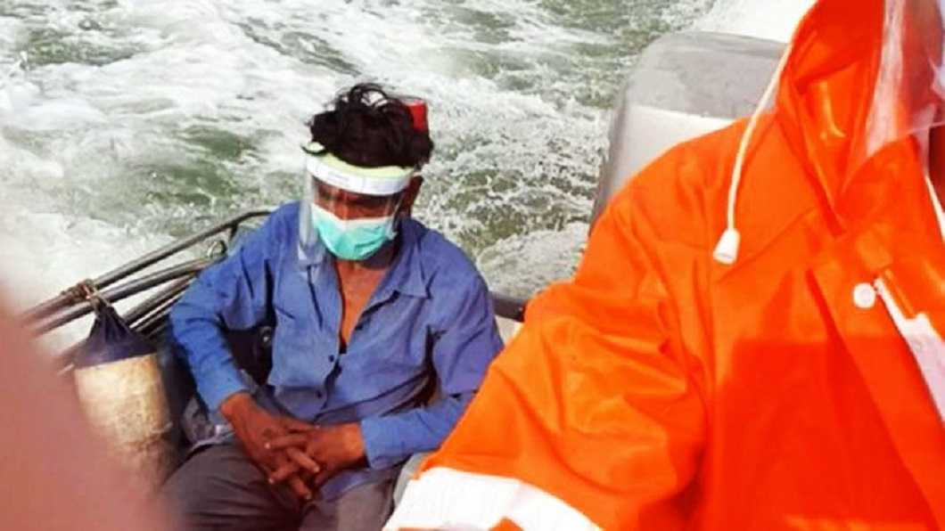 1名在馬來西亞打工的泰國男子,因為邊境被封,他竟試圖跳下海游過海峽返國。(圖/翻攝自推特) 泰男返家遇到邊境被封 走2天路跳海從大馬游回國