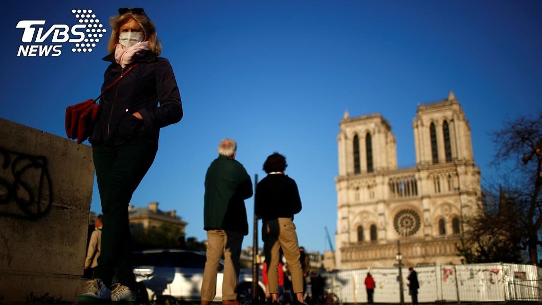 圖/達志影像路透社 巴黎聖母院大火週年敲鐘紀念 向抗疫醫護致敬