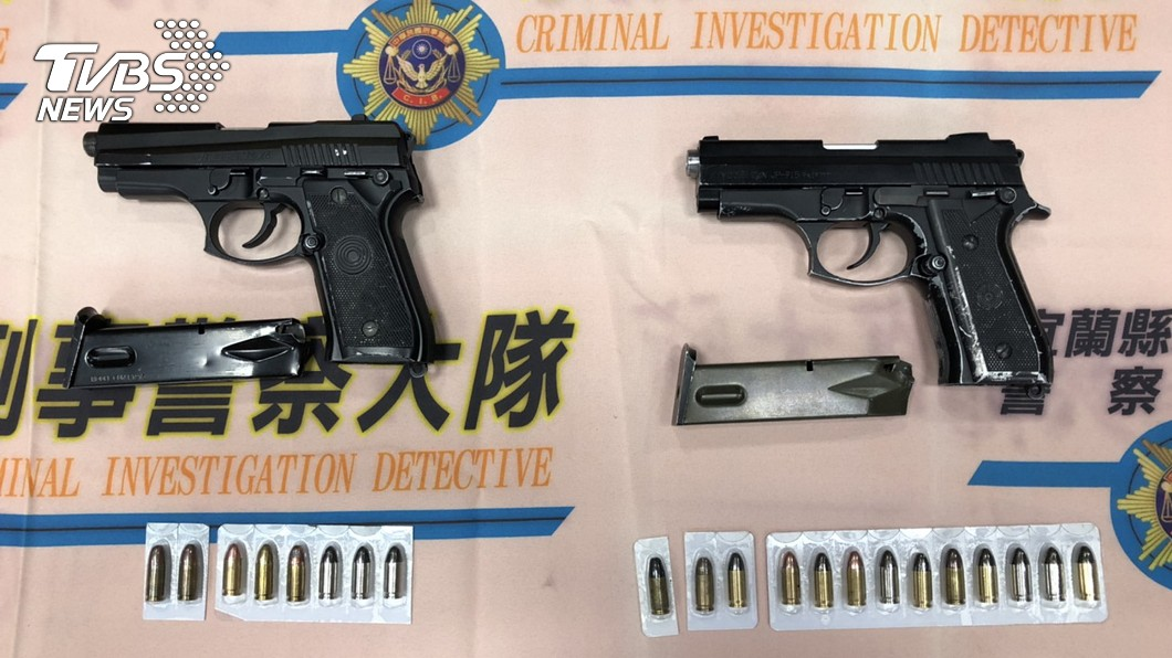 圖/宜蘭縣警察局提供 逮捕藥頭 宜警手指伸入犯嫌扳機護弓阻止槍戰