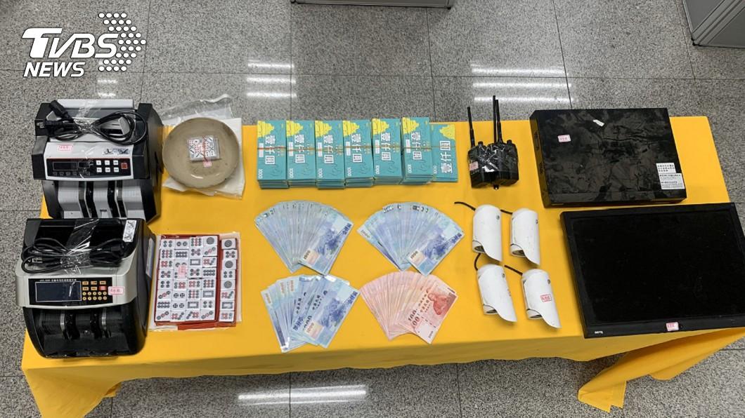 圖/金門縣警察局提供 賭客未戴口罩貨櫃屋聚賭 金門警方突襲送辦