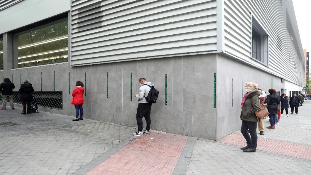 圖/達志影像路透 西班牙總理進縫紉室 關切口罩趕製