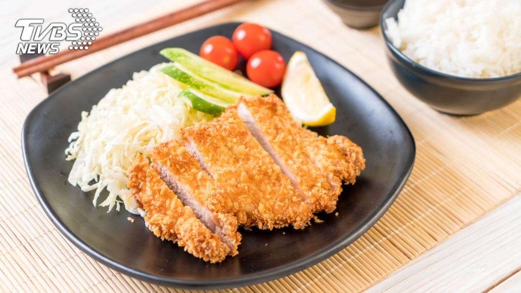親自動手做料理是不少人平時的休閒娛樂之一。(示意圖/TVBS) 神人拿「經典零食」當炸物粉⋯網見成果超驚喜:流口水了