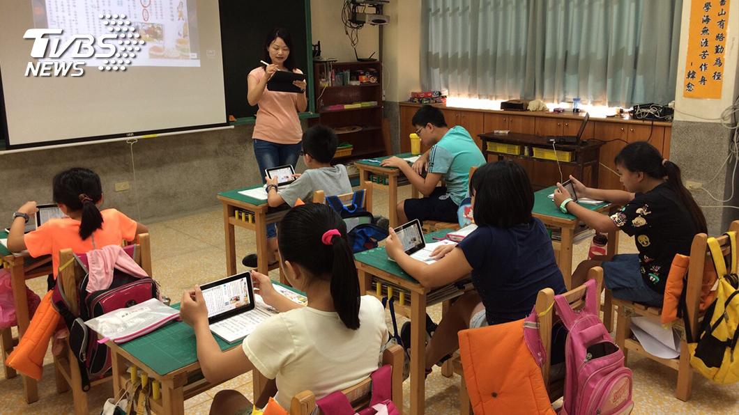 國內小學也受到新冠肺炎影響而延後開學。(TVBS資料示意圖) 開學首日忘記教室 男童無辜眼神求救:很久以前是1年級