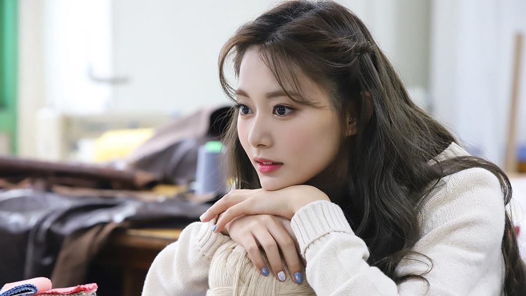 周子瑜一直是南韓女團TWICE的人氣成員。(圖/翻攝自TWICE官方臉書粉絲團) 齒卡菜渣直播20分 子瑜羞「被看到了」下秒反應超可愛
