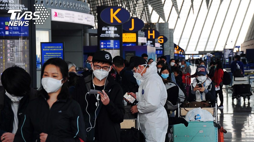 圖/中央社 第2批類包機8時起飛 231名乘客都順利登機