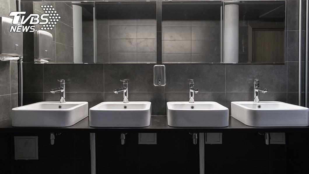 男星上節目分享撞鬼經驗。(示意圖/TVBS) 廁所獨處「水龍頭卻被開」 男星突感虛弱:被好兄弟穿透