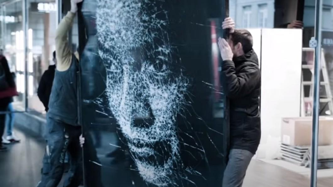 圖/翻攝自Art Insider YouTube 一支鐵鎚打天下 藝術家敲出玻璃肖像畫