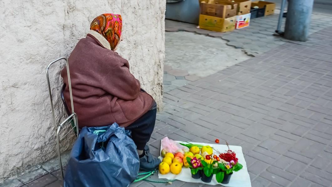 侏儒父女擺攤賣水果,竟遭眼紅排擠。(示意圖/TVBS) 侏儒父女為生計租位擺攤 竟遭驅趕羞辱:你弱勢算我養的