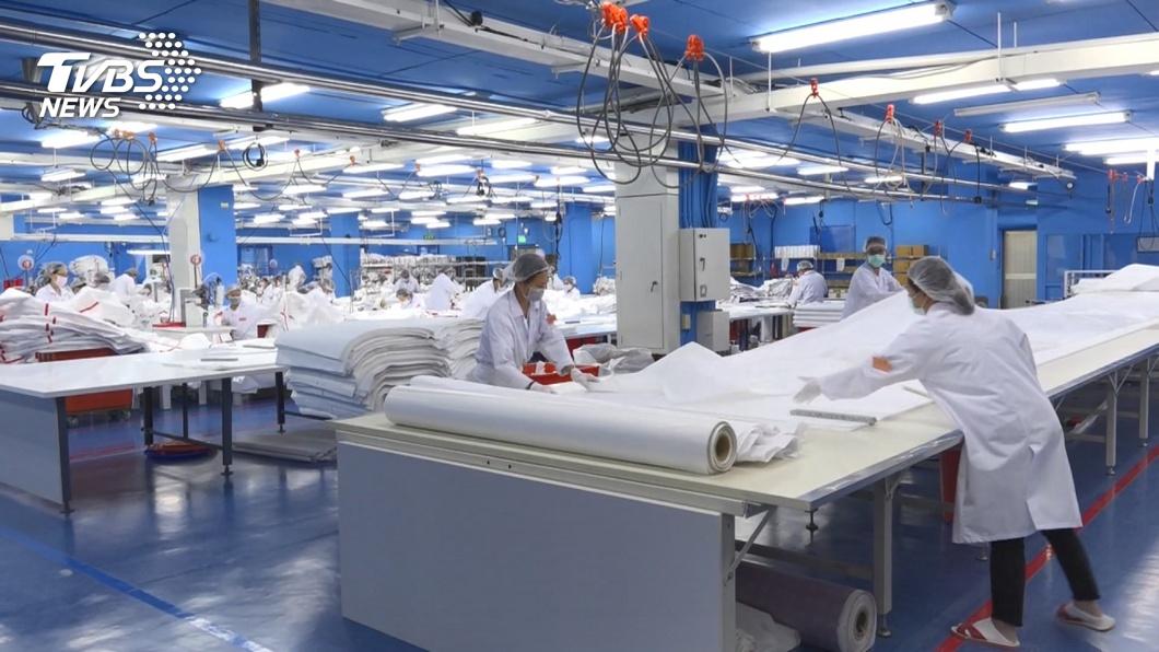 有40家紡織業者與美國、瑞士、奧地利等地買主進行視訊洽談,其中,口罩、防護衣與抗菌布料等防疫商品,詢問熱度最高。(示意圖/TVBS資料畫面) 紡拓會助業者視訊搶商機 口罩、防護衣等詢問度高