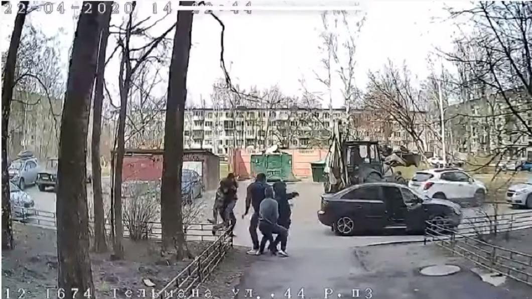 俄羅斯聖彼得堡日前發生3名男子當街強擄女子的事件。(圖/翻攝自YouTube) 女2個月被劫2次!3男大街公然強擄 被逮辯「搶婚」