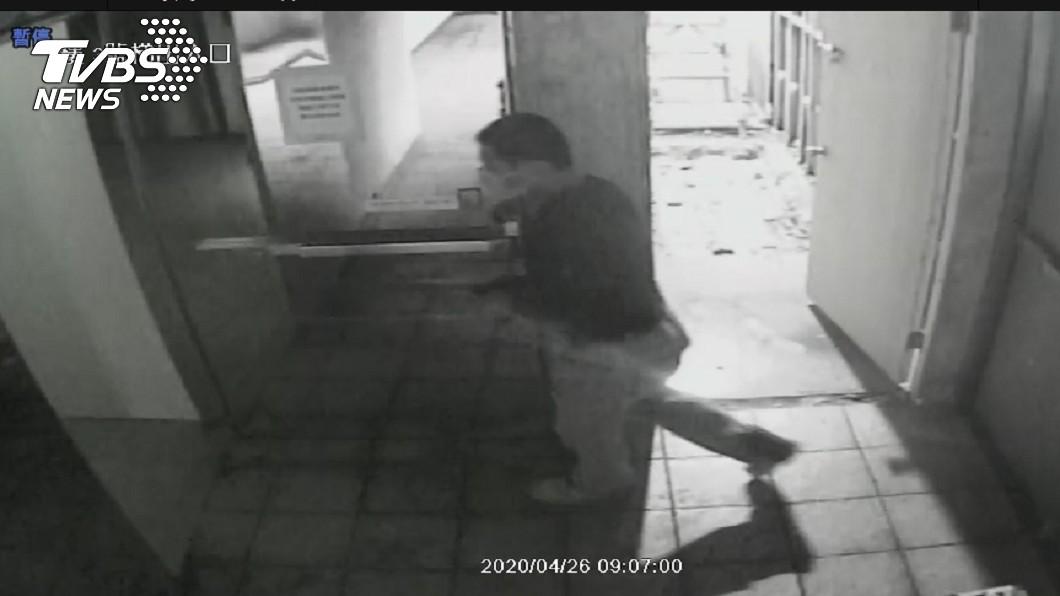 圖/TVBS 錢櫃關鍵畫面曝光!黑衣人進儲藏室105分鐘後閃燃釀災