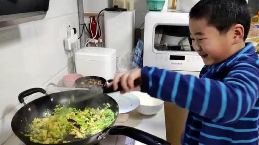 江蘇揚州日前出現了8歲天才小廚師。(圖/翻攝自陸網) 天才小廚師!在家爽放寒假70天 8歲童學會做30道菜
