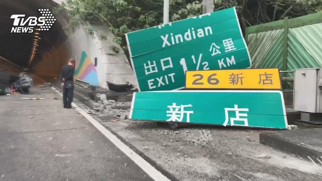 圖/TVBS 國道驚魂 77歲駕駛撞斷「新店」標誌牌翻覆