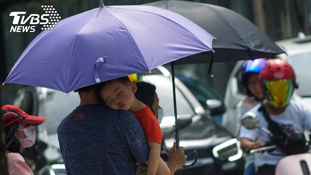 圖/中央社 真的好熱!白天最高溫33度 兩縣市發「黃色高溫燈號」