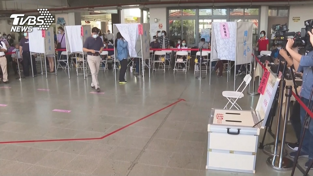 圖/TVBS資料畫面 罷韓投票防疫 須量體溫戴口罩保持社交距離
