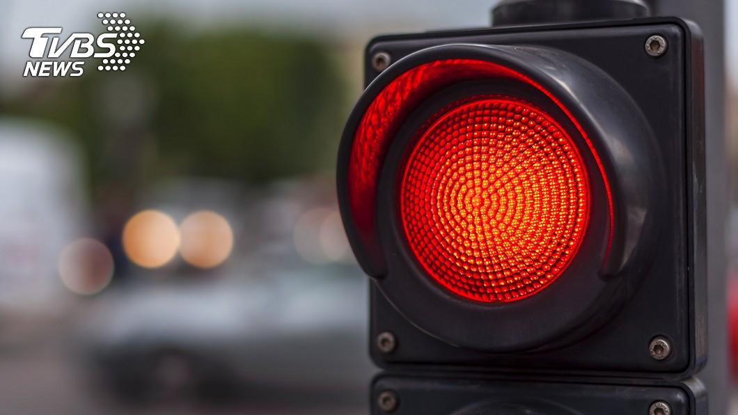 有網友在等紅燈時,竟恍神差點衝出去被卡車撞。(示意圖/TVBS) 魔神仔牽路?停紅燈遇大卡車「意識脫離向前走」被拉才醒