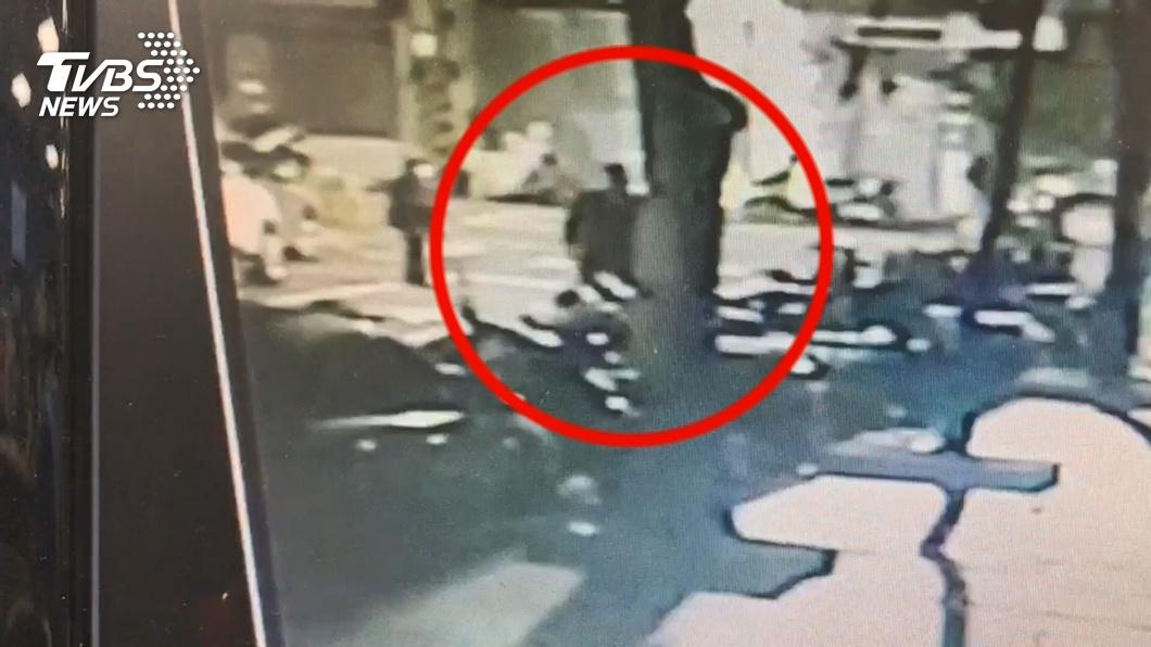新北市1名男子在家持刀刺傷祖母後,接著跑到大街上對路過的婦人強勒脖子。(TVBS資料圖) 惡男狂刺祖母10幾刀還勒路人脖 嗆姊:我一定要妳們死