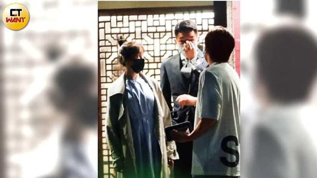 近期都在台灣的王心凌,現身台北市東區喝補湯,身旁的西裝男正是前男友藍蔚文。(圖/CTWANT授權使用) 王心凌回收富二代前男友 當街摸背親暱互動傳復合