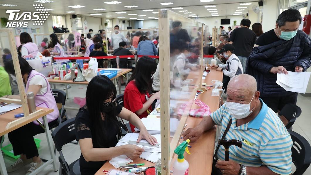 圖/中央社 加碼紓困萬元首日破萬人申請 核發要等7天