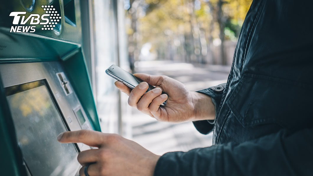許多人習慣在提款機領錢。(示意圖/TVBS) 「ATM領錢」忘記拿怎麼辦? 苦主曝驚人真相