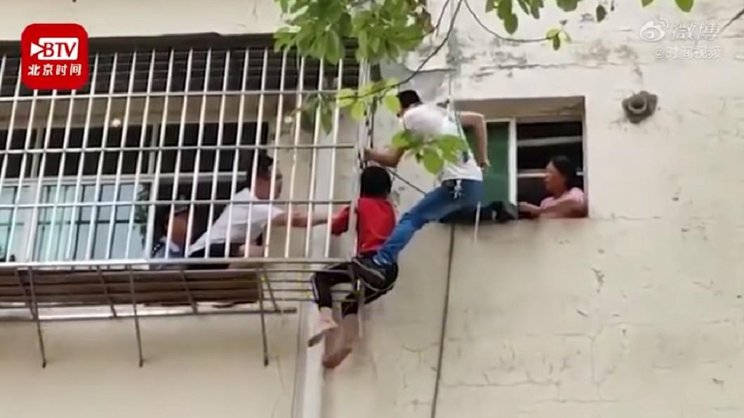 真的是太危險了!(圖/翻攝自YouTube) 沒帶鑰匙!阿嬤綁孫6樓空降開門…下秒繩斷崩潰:沒力了