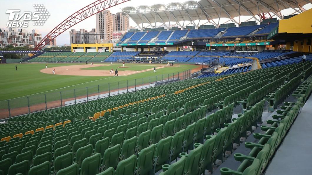 圖/中央社 職棒首場開放千名球迷在台中 全程戴口罩禁飲食