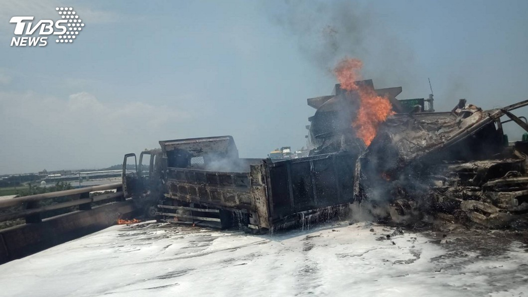圖/消防局提供 台61彰化段貨車槽車碰撞 烈火黑煙衝天2人送醫