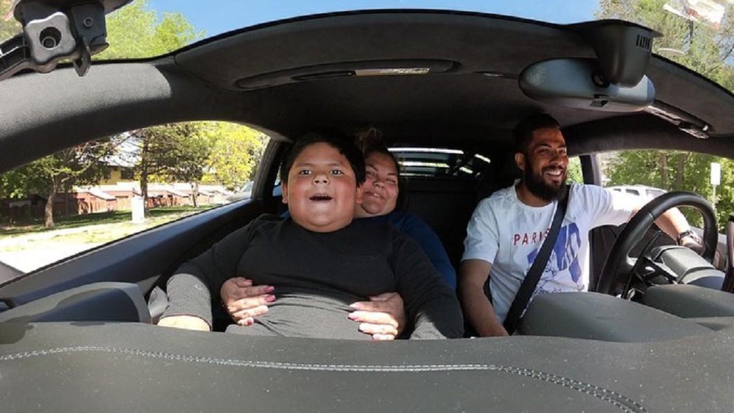 富商深受男童感動,開藍寶堅尼帶他兜風。(圖/翻攝自Jeremy Neves臉書) 5歲童偷開車「帶90元買藍寶堅尼」 富商感動替他圓夢