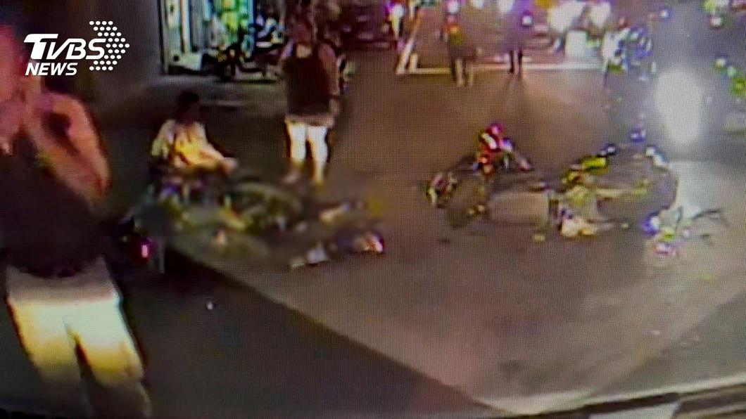 圖/TVBS 左轉疑未禮讓直行車 害2騎士撞上1死1傷