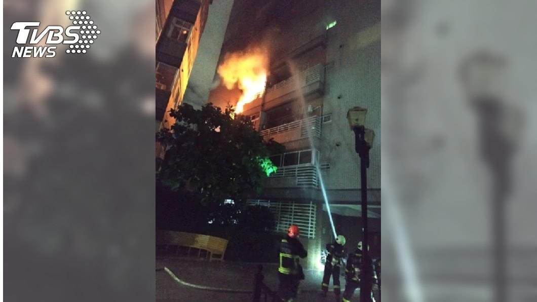 圖/中央社 台中民宅深夜火警 警報器驚醒住戶疏散中庭