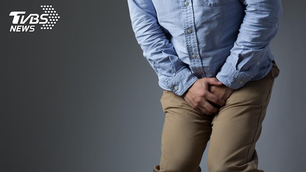 一名居檢男血尿,求助媽媽至泌尿科遠距看診。(示意圖/TVBS) 狂灌25杯手搖飲+高粱 男血尿「膀胱險破」