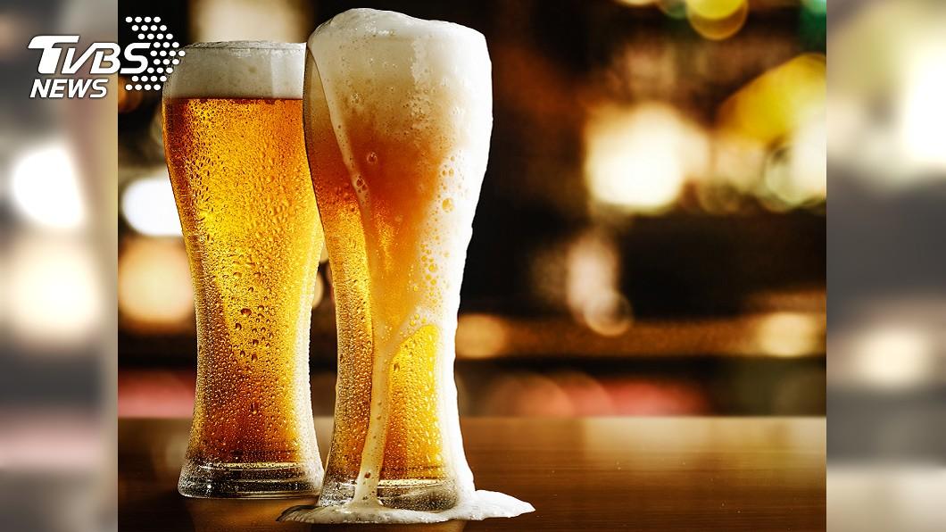 (示意圖/TVBS) 啤酒喝一半冒出「塑膠球」 內行人解答:有這顆才貴