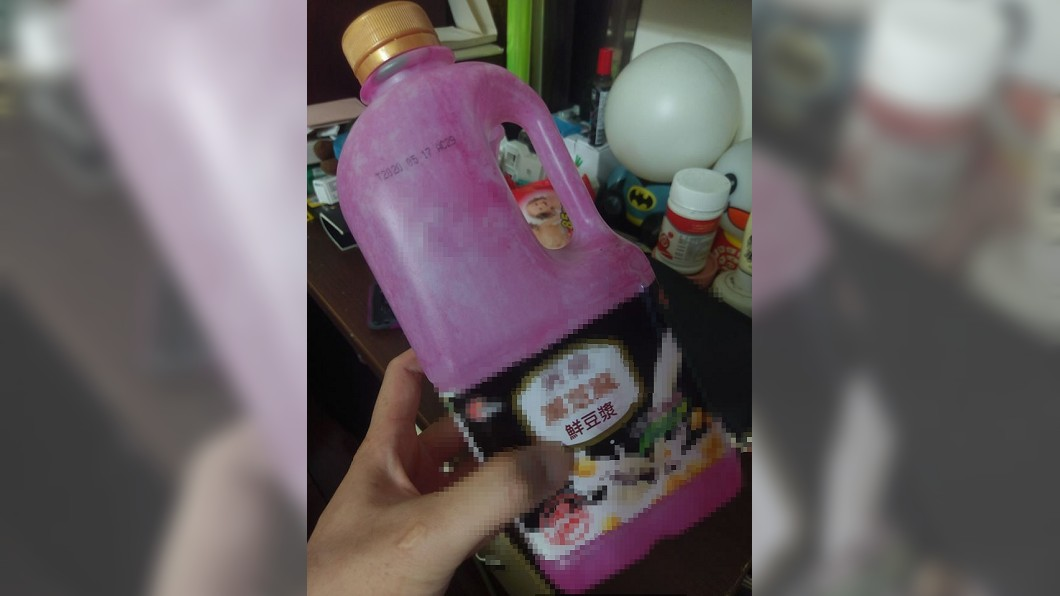 網友買來的豆漿,過了一夜竟變成紫紅色。(圖/網友授權提供) 才剛喝完!她開冰箱驚見「豆漿變紫紅色」狂嘔 網揭關鍵