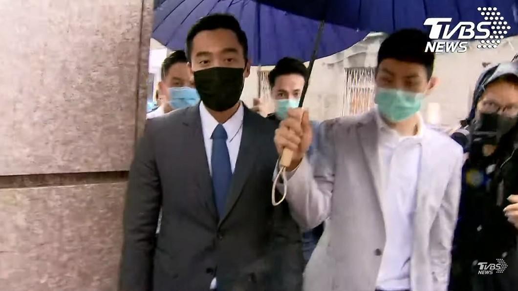 賴弘國今在自家醫美診所現身。(圖/TVBS) 離開前突回頭…賴弘國脫口扯「汶川大地震」網冒黑人問號