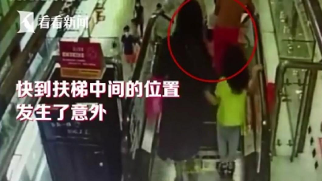 嬰兒車突然翻覆,女嬰手臂慘被捲入手扶梯內。(圖/翻攝自看看新聞) 1歲女嬰手臂捲入手扶梯 全因父母此習慣