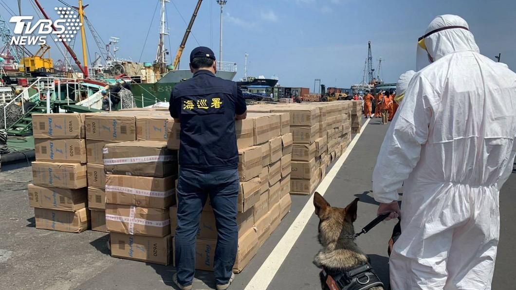 圖/海巡署提供 漁船走私逾千萬元菸品 海巡出動偵蒐犬清查