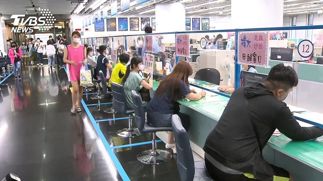 勞動部祭出10萬元勞工紓困貸款。(示意圖/TVBS) 爽領10萬紓困!網一看存款怒嗆:真的貪