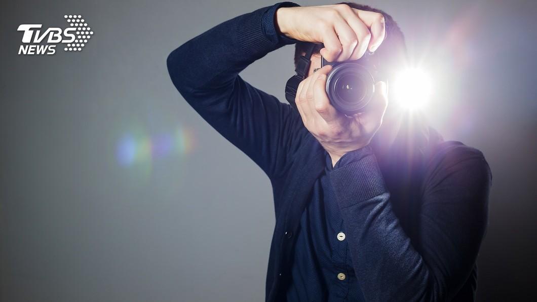 許多人拍照時都曾使用過閃光燈。(TVBS資料示意圖) 拍全家福沒關閃光燈…女嬰眼球現異常白點 竟是眼癌摘除