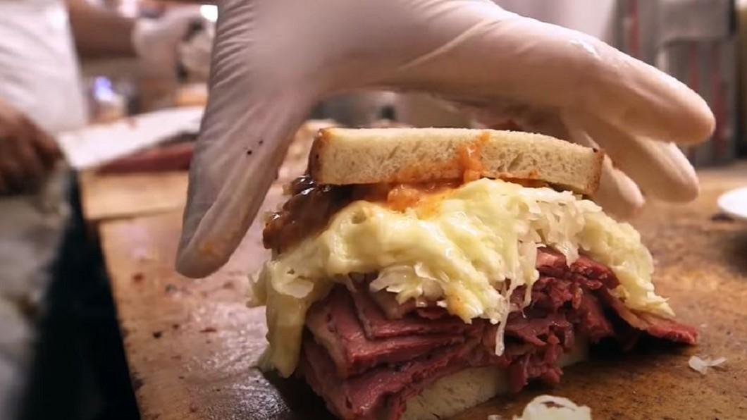 圖/翻攝自Food Insider YouTube 紐約牛肉煙燻三明治 防疫照賣可外送外帶