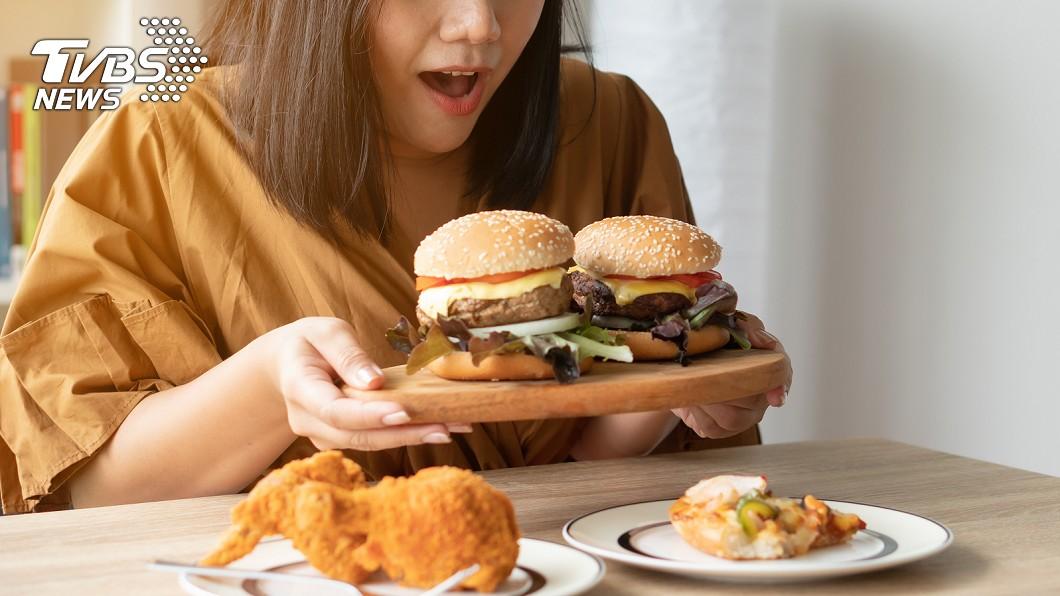 女子被男友嫌胖,決定啟動節食計畫,不料節食過度反倒引發暴食症。圖/TVBS 醫摸肚「內臟全消失」!女暴食胃險破 感染100%死