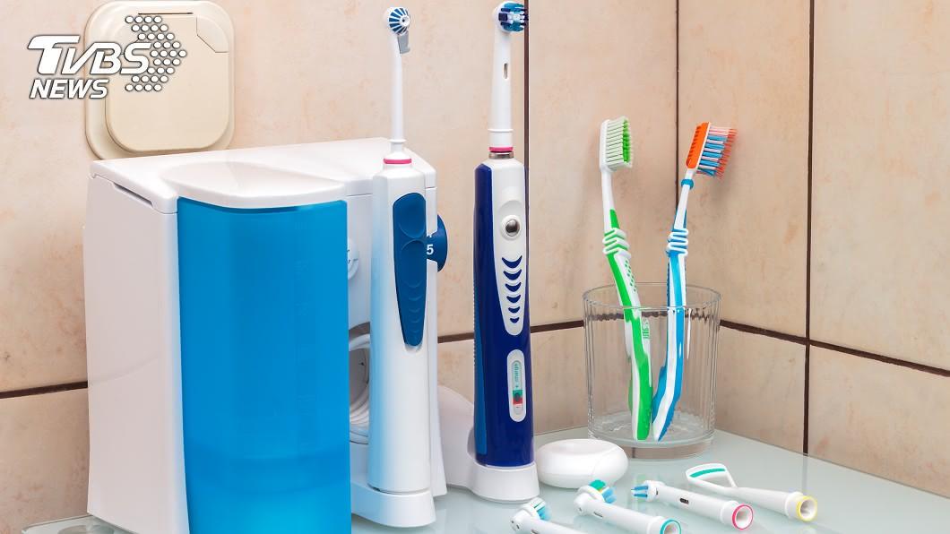 電動牙刷與一般牙刷。(圖/TVBS) 電動牙刷值得買?  網友推:用完感覺這輩子第一次刷牙