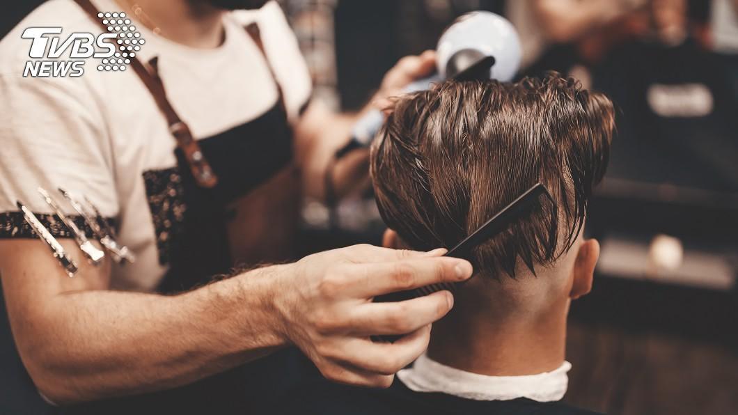 一名神秘客留下巨額小費給理髮店。 (示意圖/TVBS) 神秘客剪髮「給設計師7萬5小費」 再撒10萬分員工