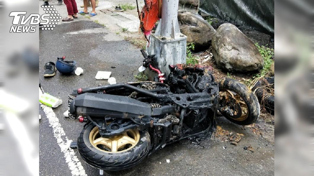 台中男騎機車撞電線桿,命危送醫搶救。(圖/台中市消防局提供) 騎車自撞電線桿起火 男無生命跡象搶救中