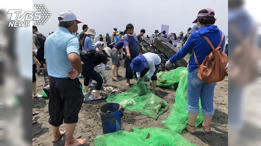 外傘頂洲淨灘,清出1300公斤海廢垃圾。(圖/海洋委員會提供) 淨灘愛地球!外傘頂洲清出「1.3噸」海廢垃圾