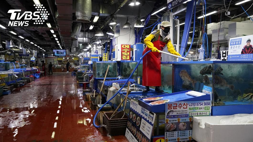 圖/路透社 疫情衝擊難抵擋 首爾魚店生意少三成