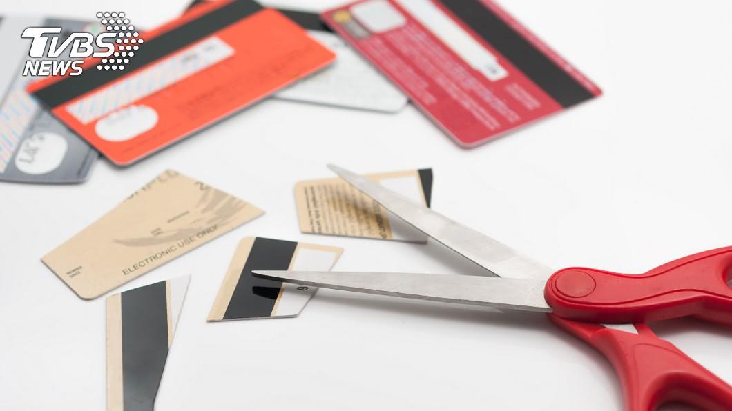原PO婉拒辦聯名卡遭爆嗆,回家剪光同家卡。(示意圖/TVBS) 「那妳繼續付現金吧!」拒辦聯名卡遭嗆 她火大剪光卡