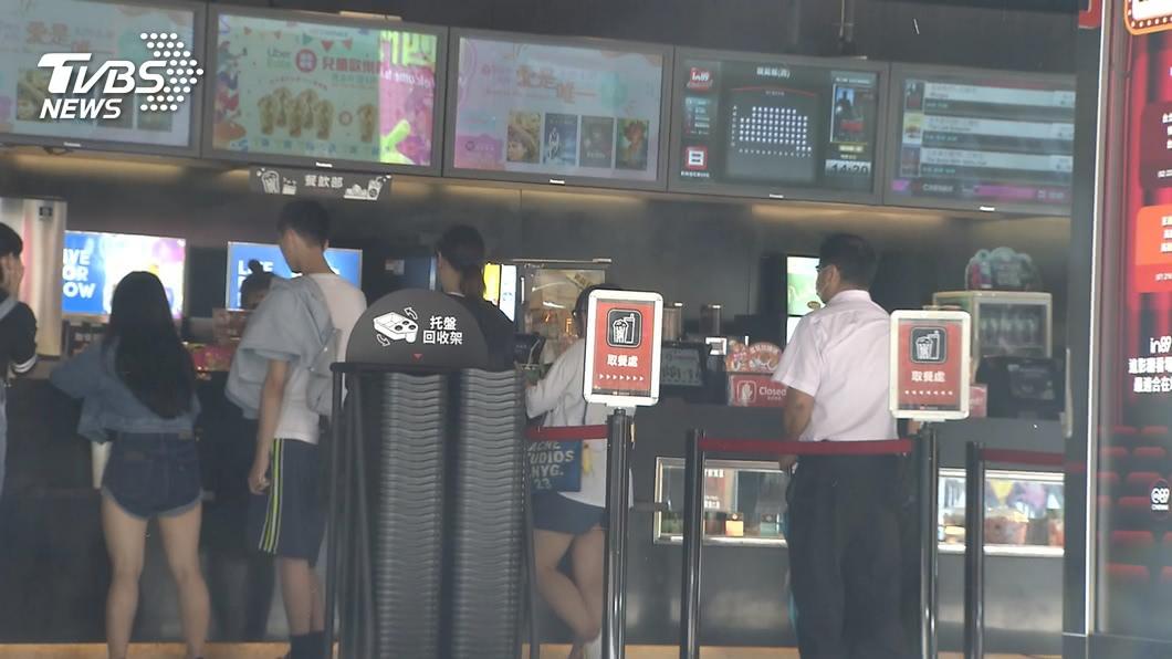 全台大解封休閒活動及大眾運輸限制鬆綁。(圖/TVBS) 6/7起防疫解禁 影城梅花座解除仍須戴口罩