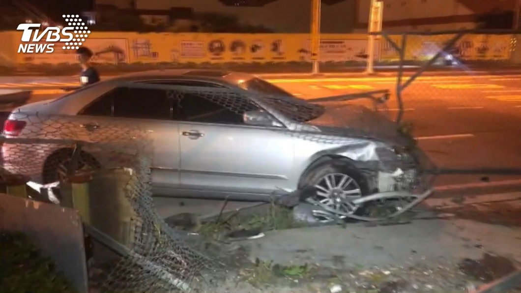 (圖/TVBS) 駕車闖紅燈撞人落跑!女騎士噴飛10公尺「頭部重擊亡」