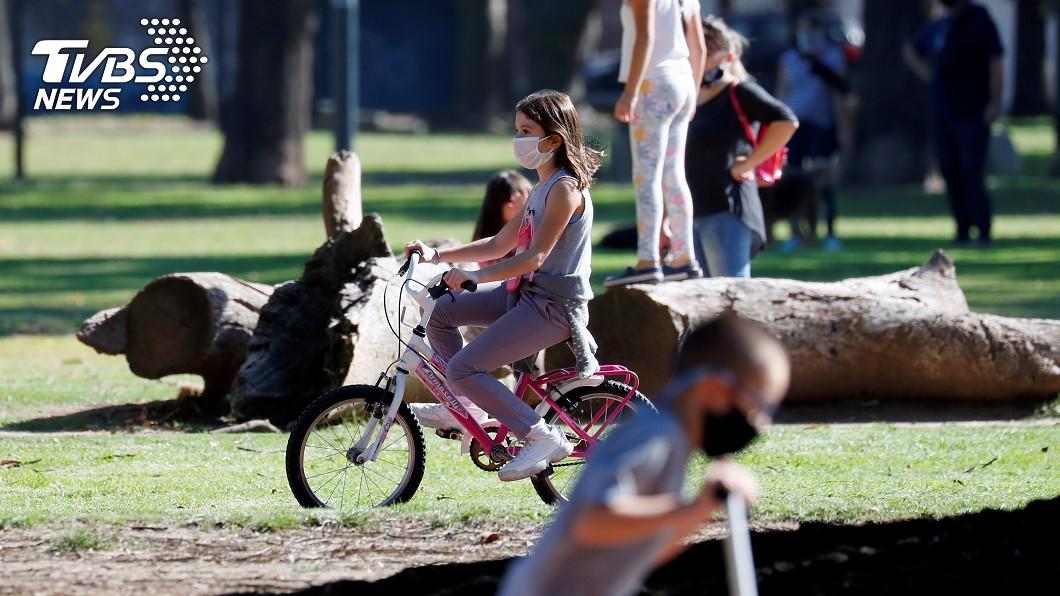 圖/達志影像路透社 阿根廷隔離防疫兩月後 兒童青少年可外出散步