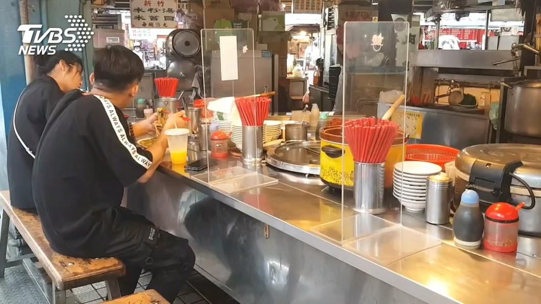 面對疫情解封,台南仍規定餐廳須使用隔板。(圖/TVBS) 配合疫情解封 台南將採負面表列維持實名制